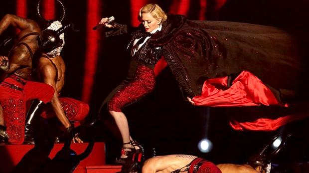 Madonna-falls-over-at-the-BRITS-1